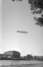 """zeppelin boven het arsenaal; met het luchtschip """"Graf Zeppelin"""" (24 passagierspl…"""
