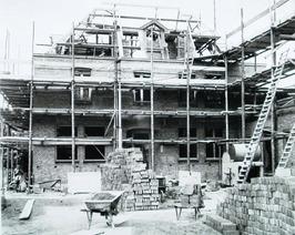 bouw pastorie en Rooms-Katholieke kerk aan de Bachtensteene; deze werd in decemb…