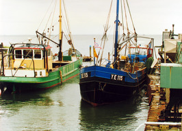 """De kotter YE 115 """"Johanna Cornelia"""" is eigendom van K.J.van IJsseldijk. De groen…"""