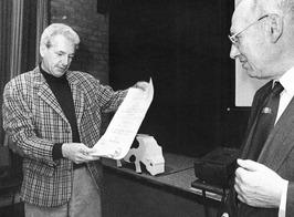 PZC-journalist R. Antonisse (links) ontvangt de Vijverberg-Lysenprijs van F. Jan…