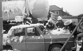de brandweer oefent een ongeluk met auto's en een tankauto