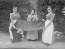 3 dienstbodes; dienstmeisjes, mattenkloppen