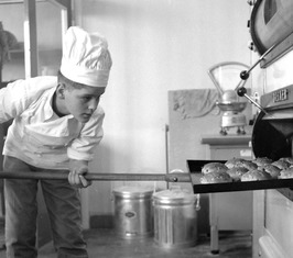 leerlingen bakkersschool bij oven