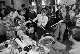 Vissen uit teil hengelen op Vlaamse kermis in verzorgingstehuis Ter Schore.