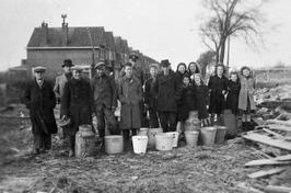 Melkhandelaar Manus Kesteloo uit Souburg zorgt voor drinkwater i.p.v. melk.