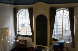 Interieur synagoge aan de Herenstraat. In het midden de aron waar de Thorarollen…
