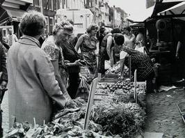 marktdag; groenten- en fruit verkoop