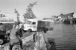 Vrachtwagen bijna te water in de Nieuwe Haven.