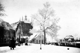 """'Winters zicht op de Zuidhavenpoort', tekening van Saskia Eggink uit """"Zierikzees…"""