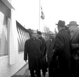 opening van het Oosterscheldebrug paviljoen door PvdA gedeputeerde van Poelje (l…