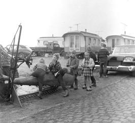 kinderen spelen tussen woonwagens