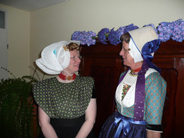links Annie Poortvliet in Arnemuidse dracht en rechts Hannie Louwerse in Walcher…
