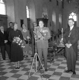 10 jaar bevrijdingsfeest;  In de Burgerzaal van het raadhuis reikte burgemeester…