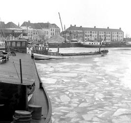 ijsgang in de bevroren haven; Het geladen schip is de jeannette van de fam Verme…