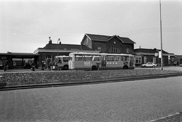 Busstaking. Op de achtergrond het station.