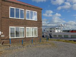 Links het kantoor van Marine Service BV, gespecialiseerd in scheepsreparatie en …