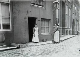 dienstmeisjes Cato Abrahamse en Jaontje Witte (in deuropening) van de familie Bo…