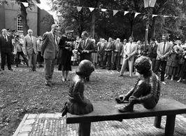 koningin Beatrix en C.v.K. Boertien onthullen beeld met knikkerende  kinderen, g…