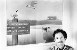 Vogelwachter van Hompelvoet, K. de Kraker, bij zijn schilderij.