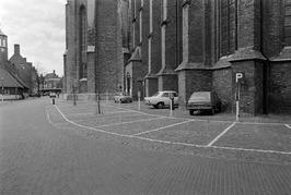 Fout geparkeerde auto's bij de Koorkerk.