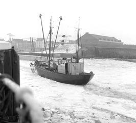 vissersboot heeft last van zware ijsgang