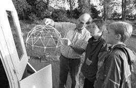 architect legt ontwerp uit aan kinderen; experimentele bolwoning aan de Stormpol…