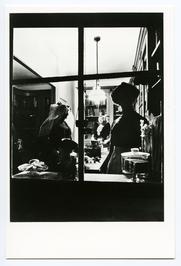 Vrouw uit Noord-Beveland (links) en vrouw uit Axel (midden) in koekbakkerswinkel…