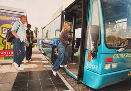 Passagiers stappen in de bus.