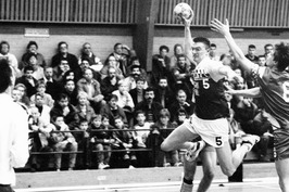 Speler van Delta Sport (met bal) in de wedstrijd tegen Saturnus.