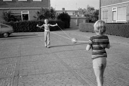 """Kinderen spelen met een nieuwe rage, het """"meteorspel""""."""