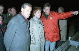 minister Neelie Smit-Kroes bij werkzaamheden pijlerdam, links CdK Boertien