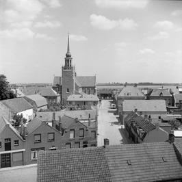 Op de achtergrond de Onze Lieve Vrouwe ten Hemelopnemingkerk.