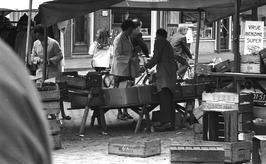 marktkramen op de weekmarkt
