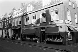 Bloemsierkunst De Binderije en Groenten & Fruit 't Westland. Hoek Zusterstraat.