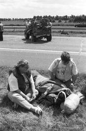 gewonde langs de kant van de weg; verkeersslachtoffer; jeep