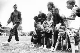 Spelende kinderen tijdens de Schoolsport-olympiade in het sportpark Het Schenge.