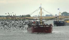 mosselkotter BRU 24 Leen Willem en daarachter de BRU 90; zwarte ballonnen vanweg…