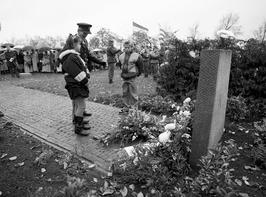 herdenking bevrijding; bevrijdingsmonument, scholieren