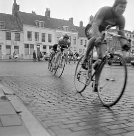Ronde van Middelburg. Op de achtergrond het monumentale pand Het Geuske.