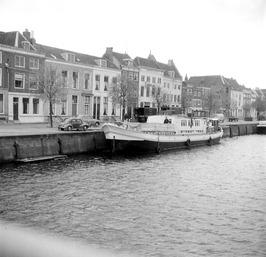 schipper Vermeulen op zijn omgebouwd vrachtschip waarmee hij met vakantiegangers…