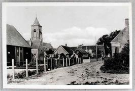 Rechts op zijgevel oud plaatsnaambord met de tekst ANWB  Aagtekerke  KNAC