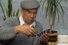 man speelt kaart