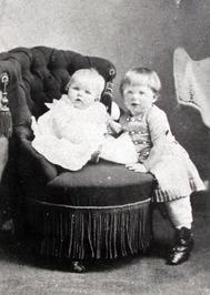 Carl Albert van Woelderen (later burgemeester van Vlissingen) en zus Rheta.