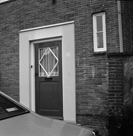 Hakenkruis naast de voordeur geschilderd van de woning van de commissaris van po…
