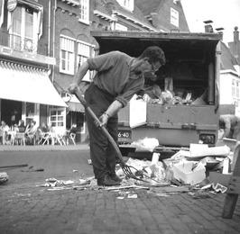 mannen van de gemeentereiniging vegen de Markt schoon na de weekmarkt