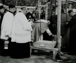 bouw Rooms-Katholieke kerk aan de Bachtensteene; eerste steenlegging door de Dek…