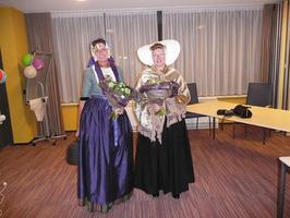 Hannie Louwerse (links) en Annie Poortvliet tijdens promotie biblioservice bus i…
