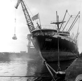 lossen van Grieks vrachtschip Irena in het Zevenaardok door Ovet-kraan; de Irena…