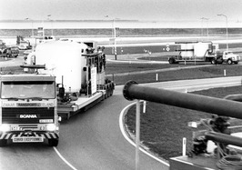 Vrachtwagens met technische installaties op diepladers op weg naar kuuroord Hof …