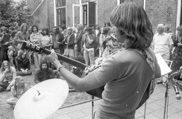 gitarist Johny Caljouw; bij pand Gijs van Vlier, later ziekenfondsgebouw